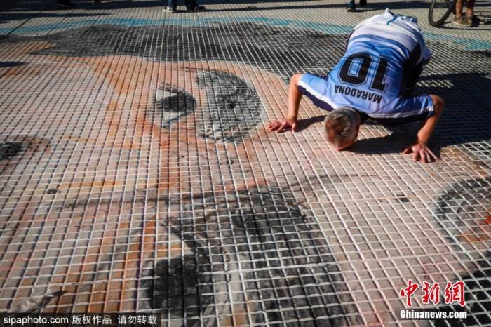 阿根廷布球迷纪念马拉多纳。图片来源:Sipaphoto版权作品 禁止转载
