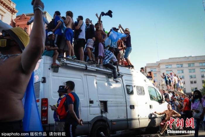 当地时间2020年11月27日,阿根廷布宜诺斯艾利斯,球迷们聚集大街,高声呼喊纪念马拉多纳。