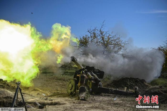 10月25日,纳卡地区,亚美尼亚士兵在前线发射炮弹。纳卡地区位于阿塞拜疆西南部,居民多为亚美尼亚族人。9月27日,亚美尼亚和阿塞拜疆因纳卡问题爆发新一轮冲突。ARIS MESSINIS 摄