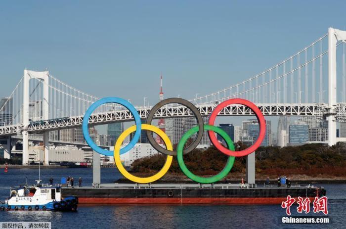 当地时间12月1日,日本东京,正在用船运输的奥运五环标志,时隔4个月的安全检查和维修后,它重新回到东京湾上。