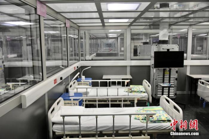 资料图:香港新冠肺炎疫情反复,医院管理局将启用亚洲国际博览馆8号及10号展馆为社区治疗设施,用以接收有自理能力的新冠肺炎轻症患者。图为室内负压方舱模块的负压房,内有多个床位。 <a target='_blank' href='http://www.chinanews.com/'>中新社</a>记者 李志华 摄