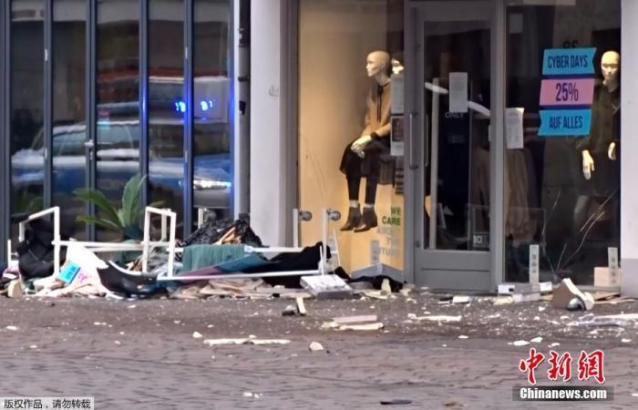 当地时间12月1日,德国西部城市特里尔发生一起汽车冲撞路人事件,已经导致5人死亡,其中包括一名9个月大的婴儿。图为现场一片狼藉。