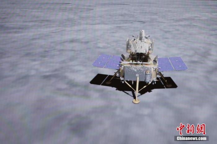 记者2日从中国国家航天局获悉,12月1日23时11分,嫦娥五号探测器成功着陆在月球正面西经51.8度、北纬43.1度附近的预选着陆区,并传回着陆影像图。图为嫦娥五号探测器着上组合体太阳能帆板打开示意图。图/张文军