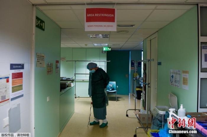 当地时间2020年12月1日,西班牙马德里大区宣告建成应对大流行病医院。图为医护人员在准备开始工作。