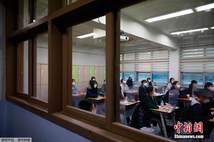 韩国迎来疫情下高考:人数创新低 新冠确诊者也可参加