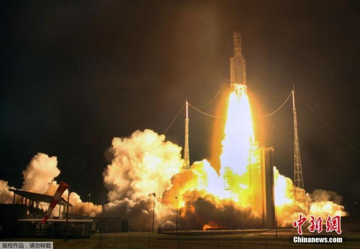 """当地时间2020年12月1日,法属圭亚那库鲁发射场,载有阿联酋""""猎鹰眼""""卫星的俄罗斯""""联盟""""运载火箭于1日从火箭台发射。"""
