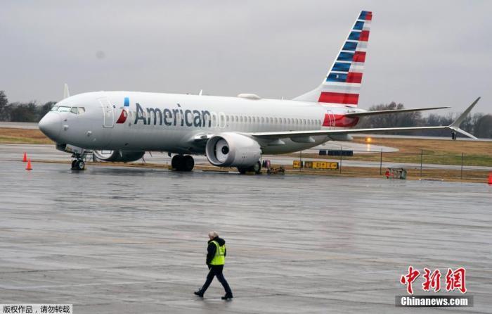 当地时间12月2日,在经历了20个月的安全禁令后,美国波音公司737MAX飞机于2日在多家媒体记者的见证下在美国进行了首次载客复飞。此次飞行由美国航空公司(AA)执行。图为一架波音737MAX飞停靠在停机坪。