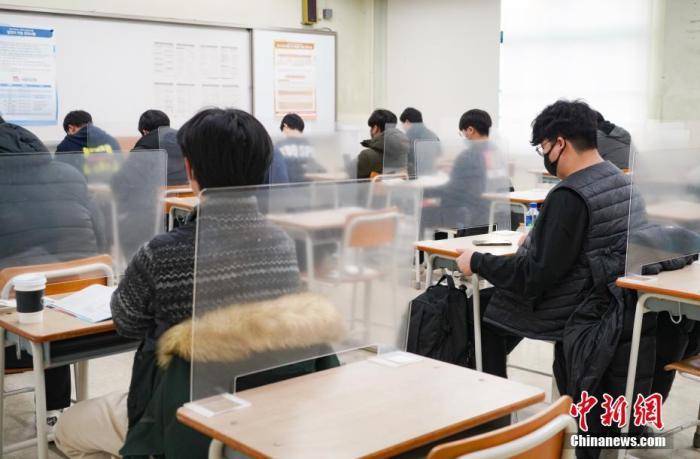 2020年12月3日,延迟近一个月的韩国高考举行。据韩国教育部消息,今年考生约49.34万人,创历史最低纪录。 图为在首尔某考点内,考桌上设有隔板。 中新社发 首尔市教育厅 供图