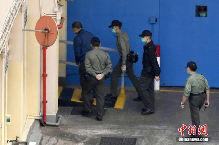 12月3日,香港壹传媒集团创办人黎智英、壹传媒营运总裁周达权、壹传媒行政总监黄伟强三人涉嫌欺诈案,在西九龙裁判法院提堂。裁判官拒绝黎智英保释申请,另两名被告获准保释。案件押后至明年4月16日再讯,黎智英须还押候审。图为黎智英由惩教署车辆押送至荔枝角收押所。 中新社记者 李志华 摄