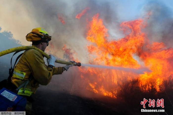 當地時間2020年12月3日,在美國加利福尼亞州西爾維拉多峽谷附近拍攝的山火。美國加利福尼亞州再現山火火情。