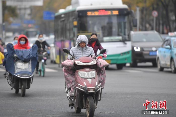 资料图:市民着厚冬衣出行。 中新社记者 刘冉阳 摄