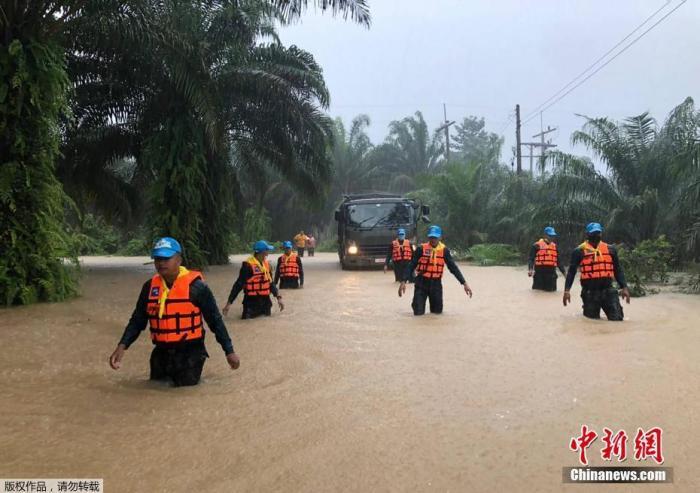 当地时间2020年12月3日,泰国南部港口城市素叻他尼,受灾地区政府正在积极组织抗洪救灾。
