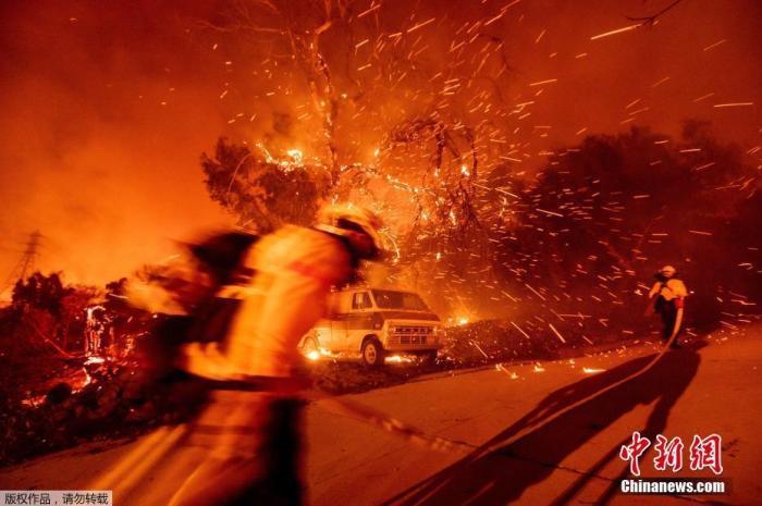 消防员在查看火情。