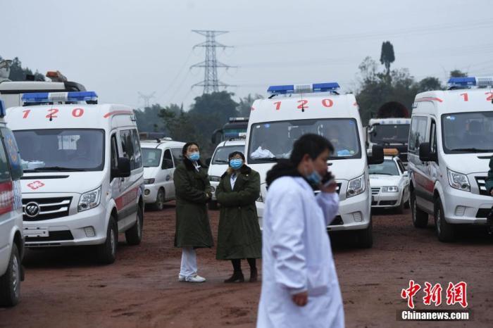 图为停车场停了不少救护车辆。 陈超 摄