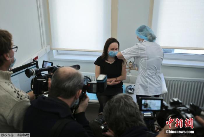 当地时间12月5日购彩,俄罗斯莫斯科购彩,媒体拍摄女子接栽新冠疫苗。