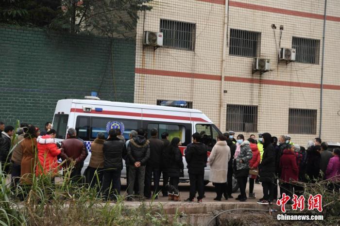 救護車輛駛出吊水洞煤礦事故現場。 陳超 攝