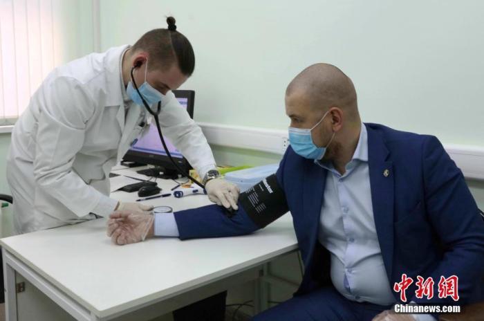 12月5日是莫斯科大周围接栽新冠疫苗的第镇日。在121号询问—诊断综相符诊所里设有新冠疫苗接栽站。接栽者在接栽前必要由大夫测量血压、心跳等数据。 中新社记者 王修君 摄