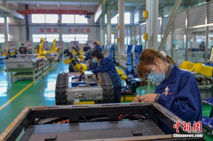 资料图:工人正在组装机器人。中新社记者 田雨昊 摄