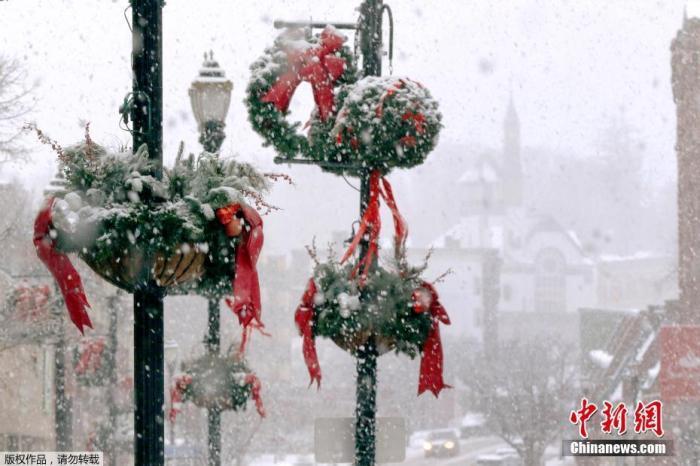 当地时间12月5日,马萨诸塞州马尔伯勒市区,大雪落在节日装饰品上。