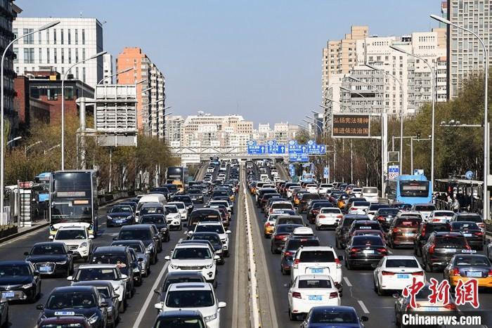 12月7日,汽车行驶在北京西二环路上。当天,北京市向社会公布修订后的《北京市小客车数量调控暂行规定》和《〈北京市小客车数量调控暂行规定〉实施细则》。该新政将于2021年1月1日起正式实施。 <a target='_blank' href='http://www.chinanews.com/'>中新社</a>记者 田雨昊 摄