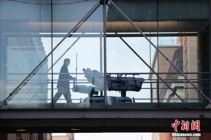 资料图:当地时间12月7日,纽约曼哈顿一家大型医院,医务人员转运病患。 a target='_blank' href='http://www.chinanews.com/'中新社/a记者 廖攀 摄