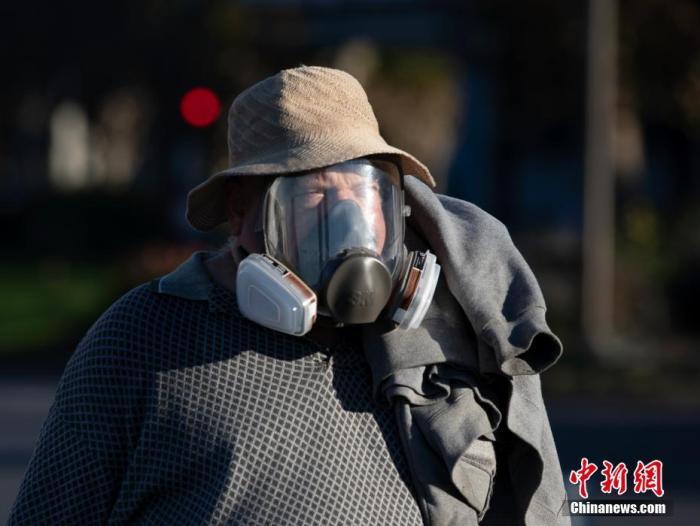 当地时间12月7日,美国加州旧金山市民佩戴防护设备出行。 a target='_blank' href='http://www.chinanews.com/'中新社/a记者 刘关关 摄