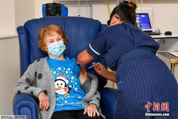 当地时间12月8日,英国开始接种新冠疫苗,将优先接种护理院人员、80岁以上人士以及一线医护和社会工作者,然后才给其他人群提供接种服务,届时还会按照年龄和感染风险来决定接种的先后顺序。图为医护人员为90岁女子玛格丽特·基南接种疫苗。玛格丽特·基南是该国首位接种新冠疫苗的民众。