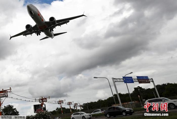 资料图:一架波音737 Max飞机准备在巴西阿雷格里港的Salgado Filho机场降落。