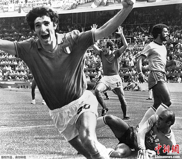 原料图为1982年西班牙世界杯福彩快三官方网站下载,意大利球员保罗·罗西在意大利对阵巴西的比赛中打入第二粒进球后祝贺。