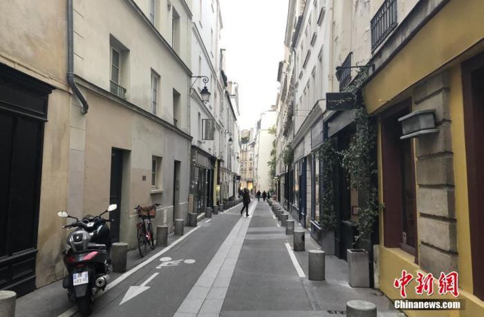 """当地时间12月10日,法国官方表示,由于在本月15日无法达成单日新增确诊病例降至5000例以内的""""解封""""目标,因此对""""解封""""方案进行大幅调整。图为巴黎市中心一条街道,行人稀少。 中新社记者 李洋 摄"""