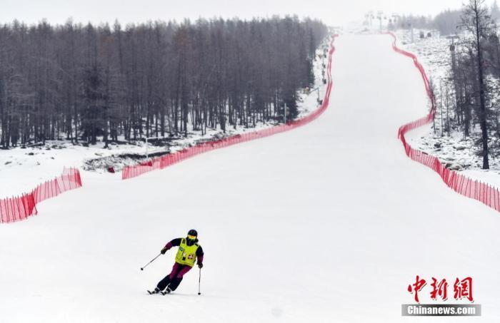新疆阿勒泰地区富蕴县可可托海国际滑雪场,滑雪爱好者从高山雪道滑下。a target='_blank' href='http://www.chinanews.com/'中新社/a记者 刘新 摄