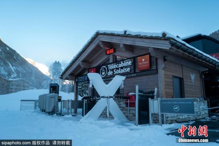 当地时间2020年12月10日,受疫情影响,法国最受欢迎的滑雪胜地之一Val DIsere暂时关闭。这里降雪量充足,结合特色小镇形成绝佳滑雪度假村。图片来源:Sipaphoto 版权作品 请勿转载