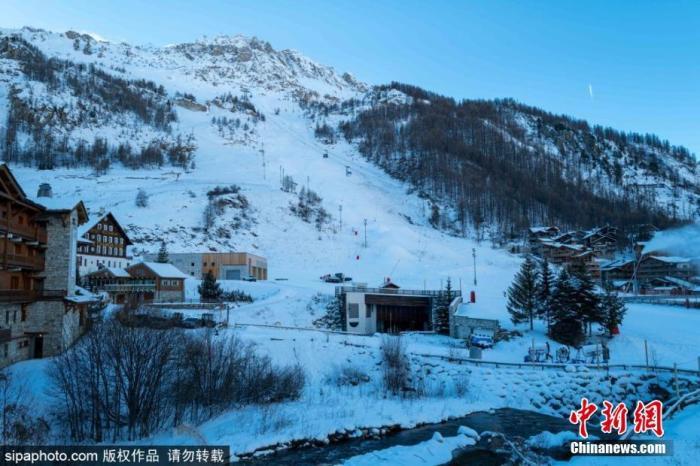 资料图:当地时间12月10日,受疫情影响,法国最受欢迎的滑雪胜地之一Val DIsere暂时关闭。图片来源:Sipaphoto 版权作品 请勿转载