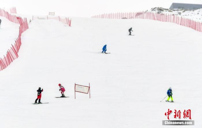 资料图:滑雪爱好者从高山雪道滑下。<a target='_blank' href='http://www.chinanews.com/'>中新社</a>记者 刘新 摄