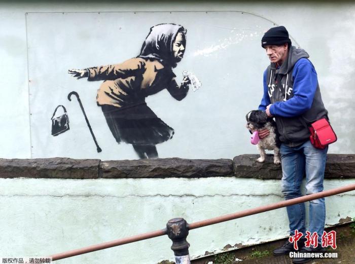 当地时间12月11日,英国知名涂鸦艺术家班克西的最新作品出现在布里斯托(Bristol)全英格兰最陡街道的一栋民宅墙面上。