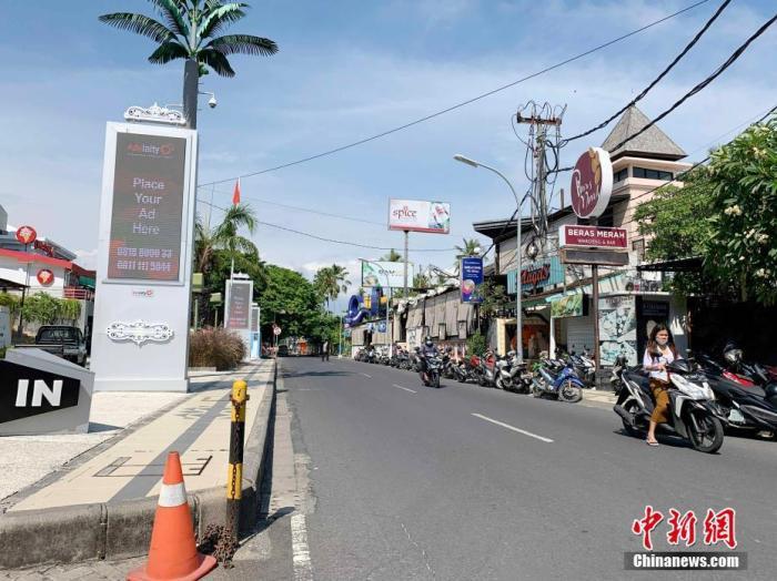 12月10日,距印度尼西亚发生新冠肺炎疫情已过去9个多月,巴厘岛作为国际著名旅游目的地,旅游业遭受重创。图为巴厘岛洋人街景况萧条。 中新社发 赖洪元 摄