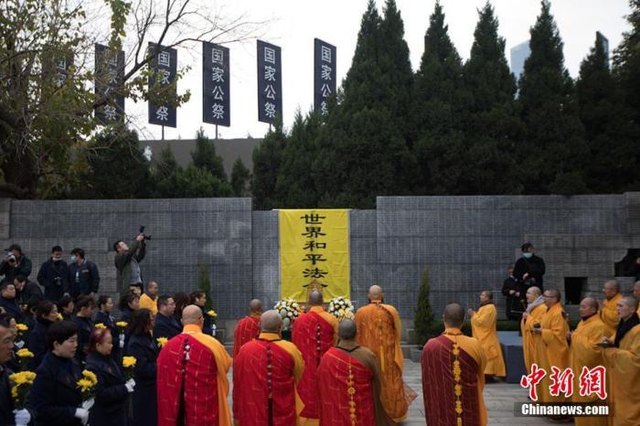 """今年12月13日为第七个南京大屠杀死难者国家公祭日。当日,中国60多名僧侣及信众在侵华日军南京大屠杀遇难同胞纪念馆遇难者名单墙前举行""""世界和平法会"""",祭奠南京大屠杀死难者,祈祷和平。 泱波 摄"""