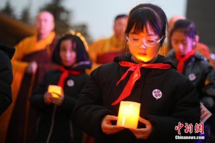 """12月13日是第七个南¶大屠杀死难者国家公祭日。当晚,""""烛光祭·国际和平集会""""在侵华日军南¶大屠杀遇难同胞纪念馆举行。各界人士手捧烛台,告〝者、祈愿和平。 a target='_blank' href='http://www.chinanews.com/'中新社/a记者 泱波 摄"""