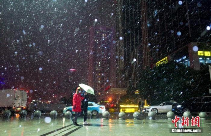 资料图:市民冒雪出行。中新社记者 张畅 摄