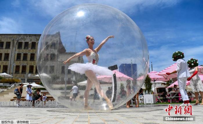当地时间12月13日,澳大利亚墨尔本,芭蕾舞演员在巨大的塑料泡泡中亮出舞姿。