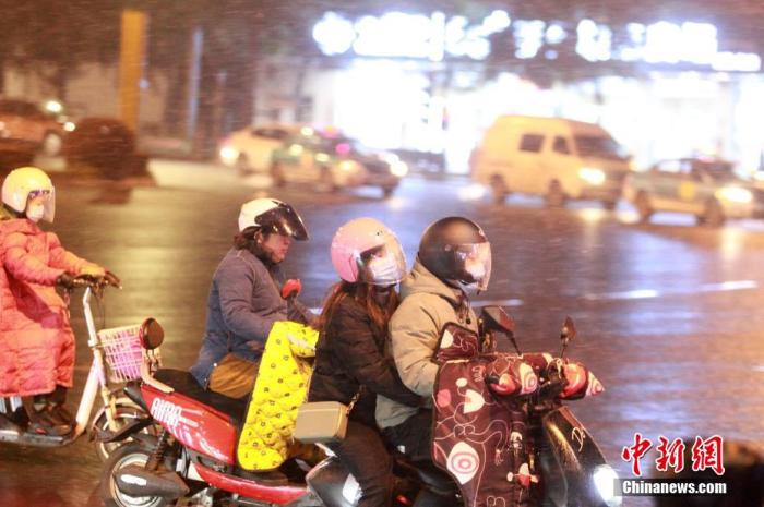 资料图:市民冒雪出行。 孟德龙 摄