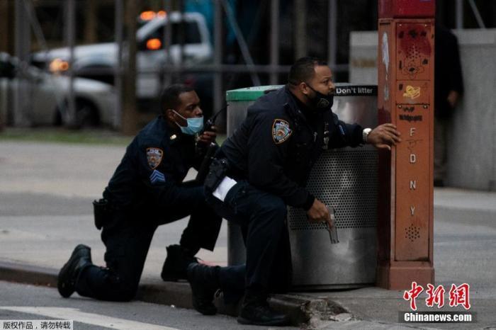 资料图:美国警察在枪击案现场。