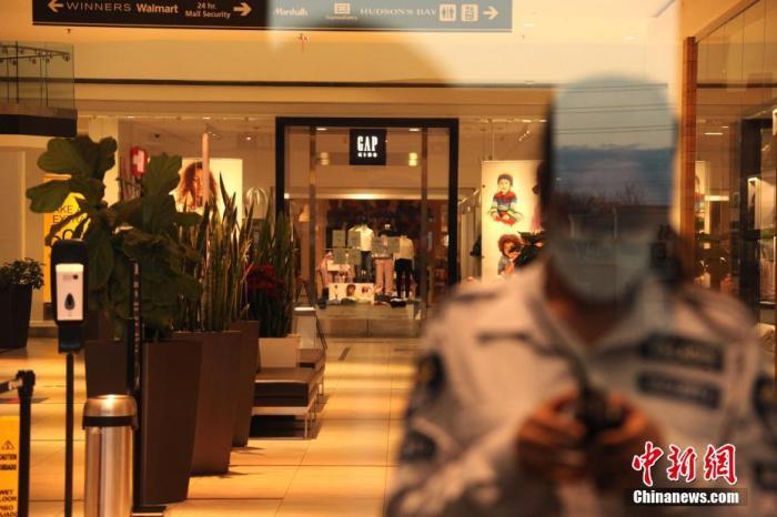 当地时间12月14日,加拿大大多伦多地区万锦市(Markham)一座购物中心内几无顾客,安保人员仅允许预约取货者入内。因应目前仍然严峻的疫情,加拿大多地正继续强化防疫限制措施。 <a target='_blank' href='http://www.chinanews.com/'>中新社</a>记者 余瑞冬 摄