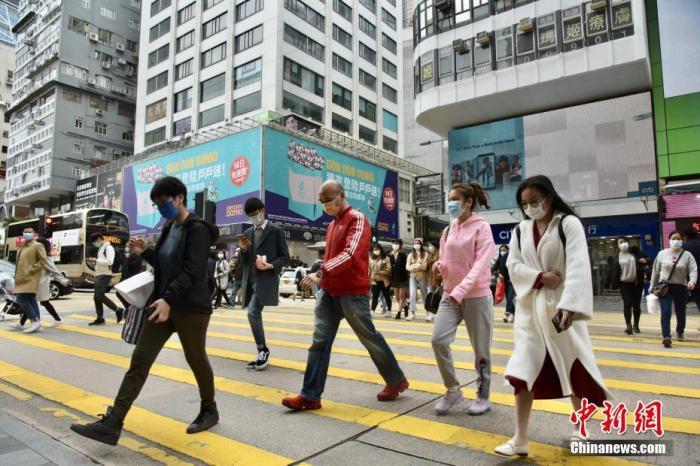 图为香港市民佩戴口罩于尖沙咀出行。<a target='_blank' href='http://www.chinanews.com/'>中新社</a>记者 李志华 摄
