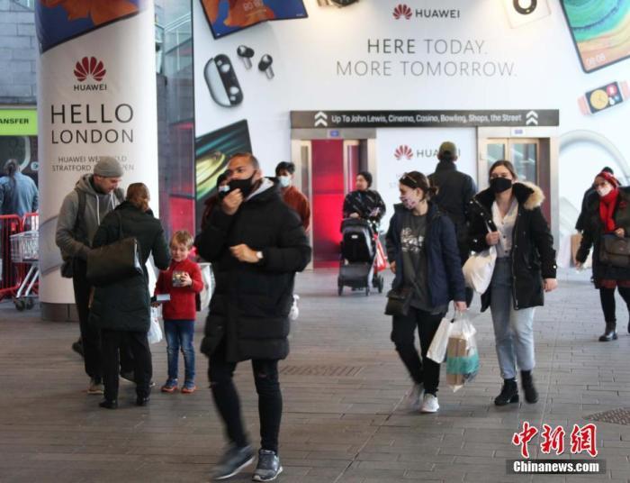 资料图:英国东伦敦西田购物中心一入口,张贴了华为产品广告。<a target='_blank' href='http://www.chinanews.com/'>中新社</a>记者 张平 摄