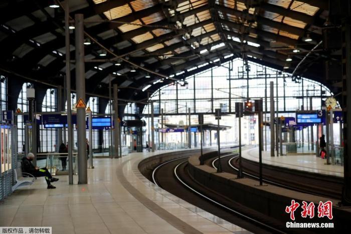 资料图:当地时间12月16日,德国柏林,几名乘客在弗里德里希大街火车站内等车。