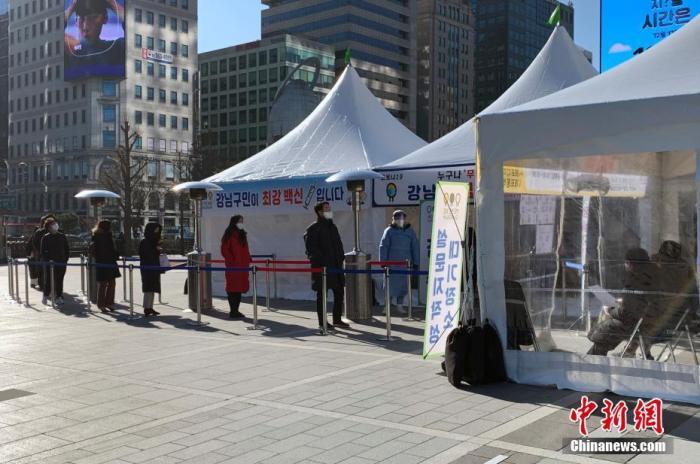 当地时间12月17日,据韩国中央防疫对策本部通报,过去24小时,韩国新增确诊病例1014例;单日新增病例连续两日破千。首都圈扩大病毒检测范围,本周起在地铁站等地增设150个临时筛查站。图为首尔市江南三成站地铁站附近,民众在临时筛查站外等待检测。 中新社记者 曾鼐 摄