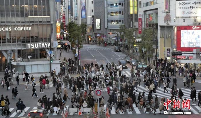 图为东京涩谷街头过马路民众 <a target='_blank' href='http://www.chinanews.com/'>中新社</a>记者 吕少威 摄