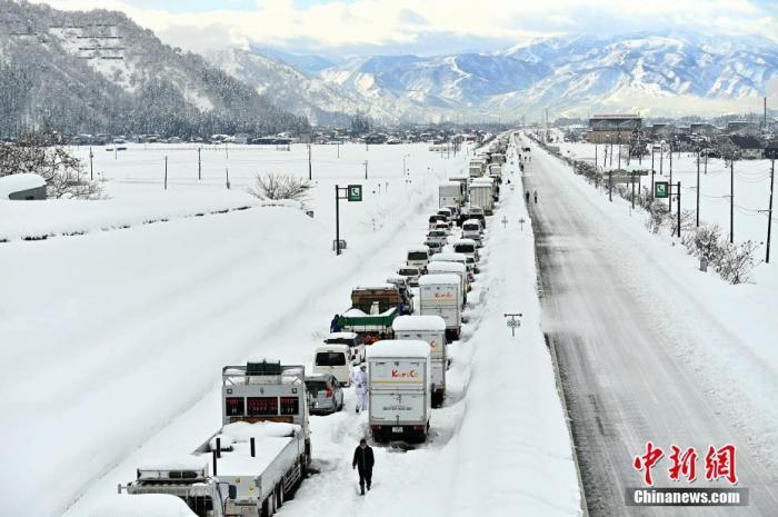 日本新潟县大雪受困车辆全数救出 高速公路仍无法通行