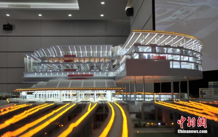 图为12月18日,京雄城际铁路雄安站模型展示雄安站内部结构。 中新社记者 韩冰 摄